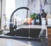 Comment déboucher un évier sans produit chimique ?