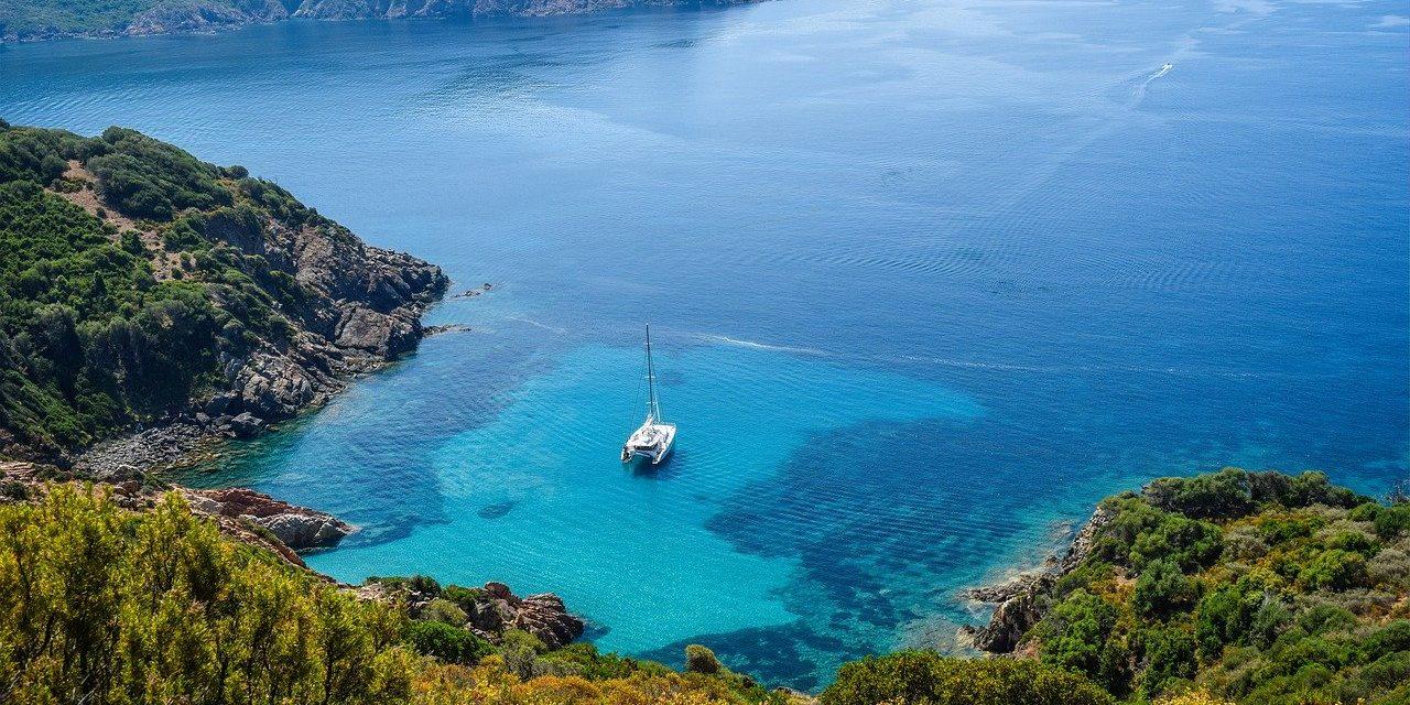 Visiter les îles grecques en catamaran sur la mer Égée la meilleure façon de découvrir la Grèce