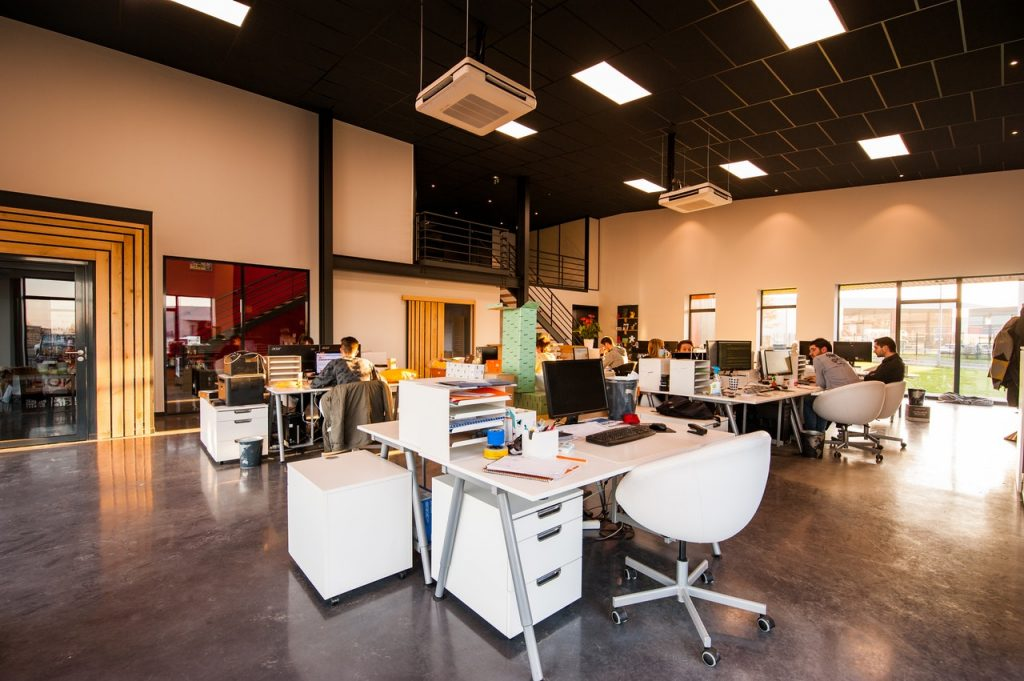 Agence avec plusieurs bureaux en open space