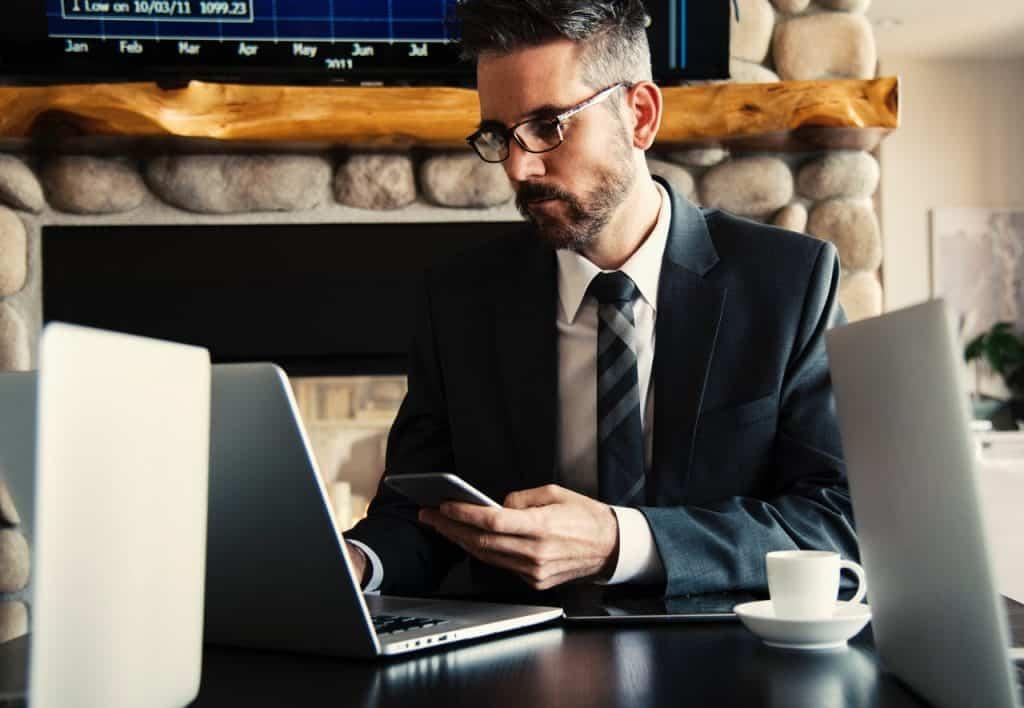 Avocat travaillant sur son ordinateur