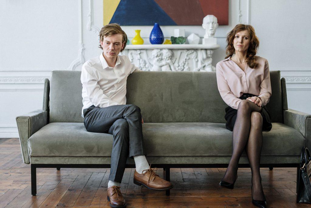 Couple en séparation assis sur un même canapé