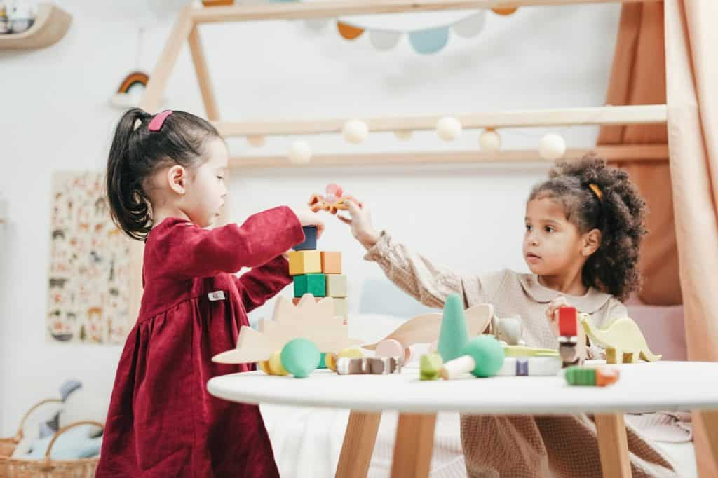 Deux petites fille jouant ensemble