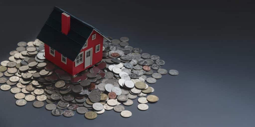 Petite maison rouge en bois sur tas de pièce