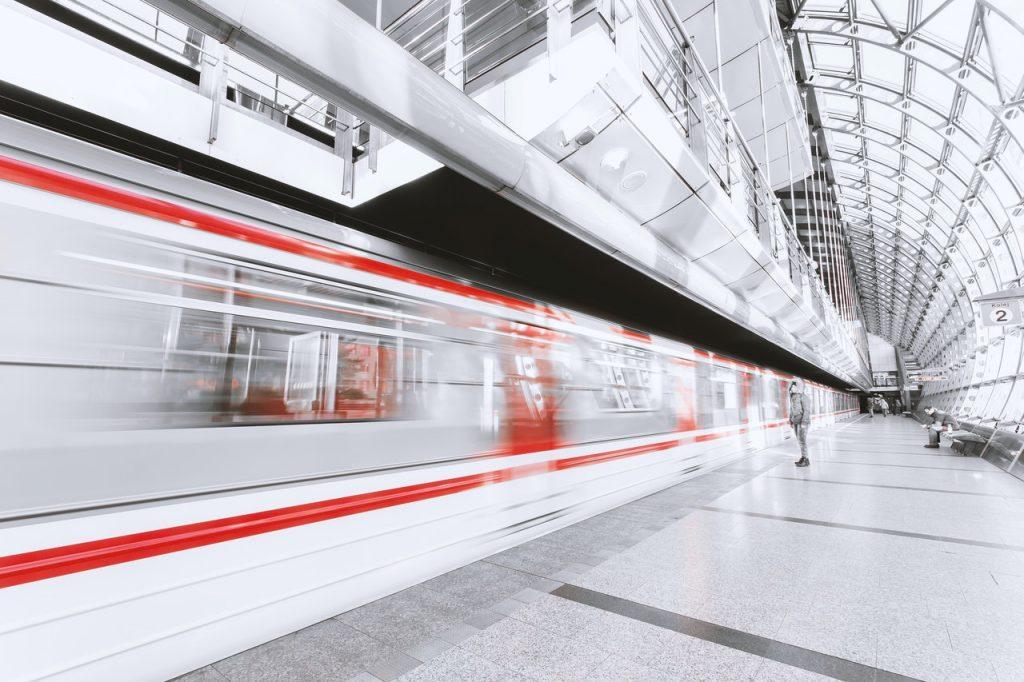 Station de train, gare lumineuse