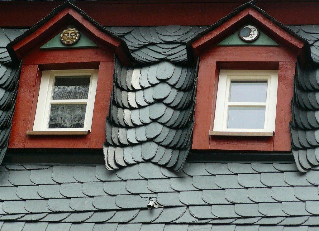 Toiture en tuile ardoise avec fenêtres de couleurs bordeaux