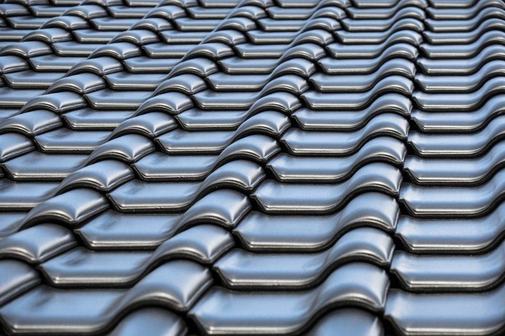 Tuile de toiture gondolée grises