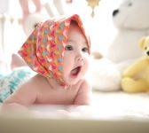 3 Éléments Indispensables à Mettre dans le Parc de Votre Bébé