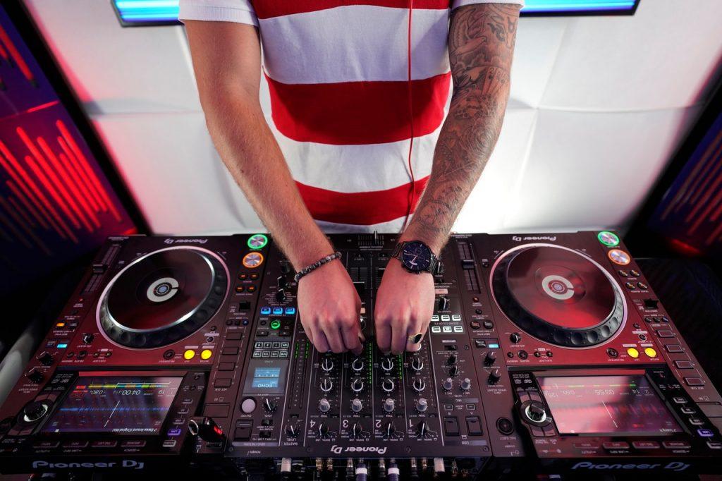 DJ au platine, musique, fête, discothèque, boîte de nuit
