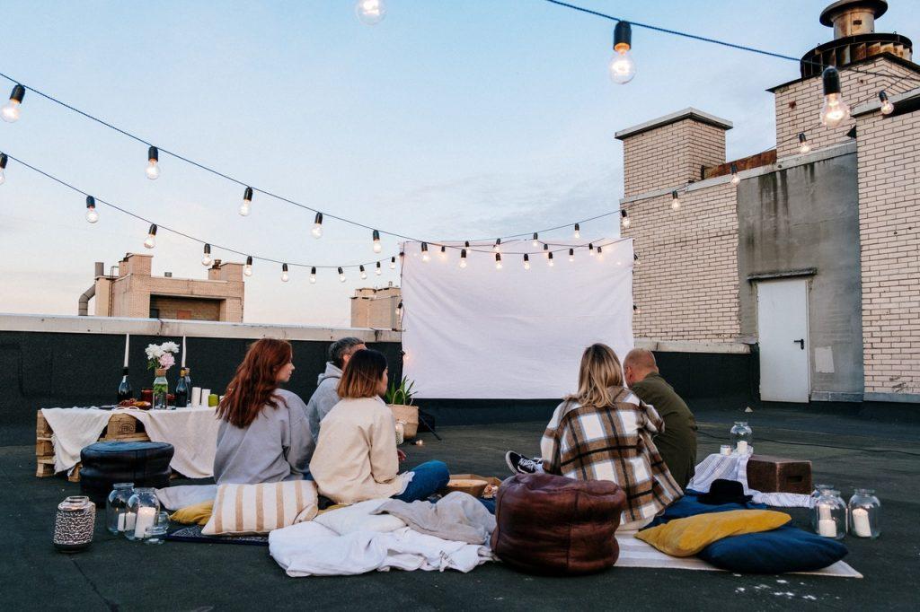 Retrouvaille sur les toits, vidéo projection d'un film sur grand écran avec les amis