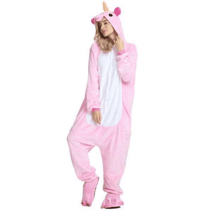 Femme blonde portant un pilou-pilou, pyjama combinaison licorne rose