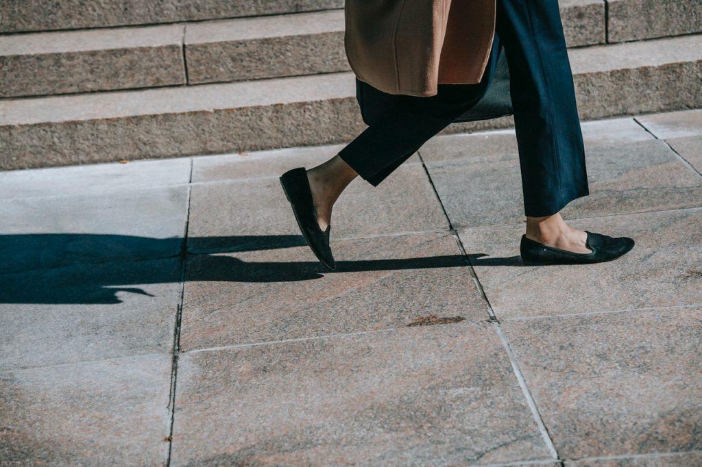 Femme marchant dans une rue