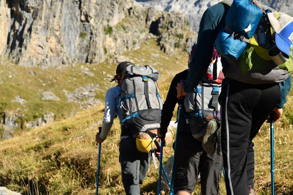 Randonneurs marchant dans les sentiers des Pyrénées
