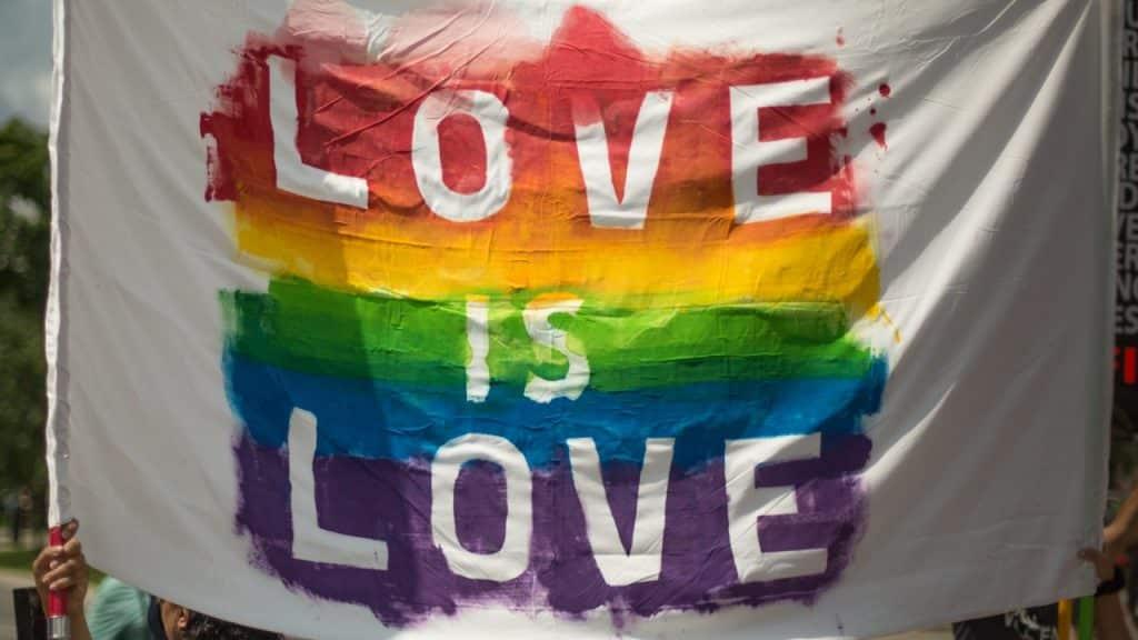 Banderole pour événment LGBTQ avec écrit Love is Love