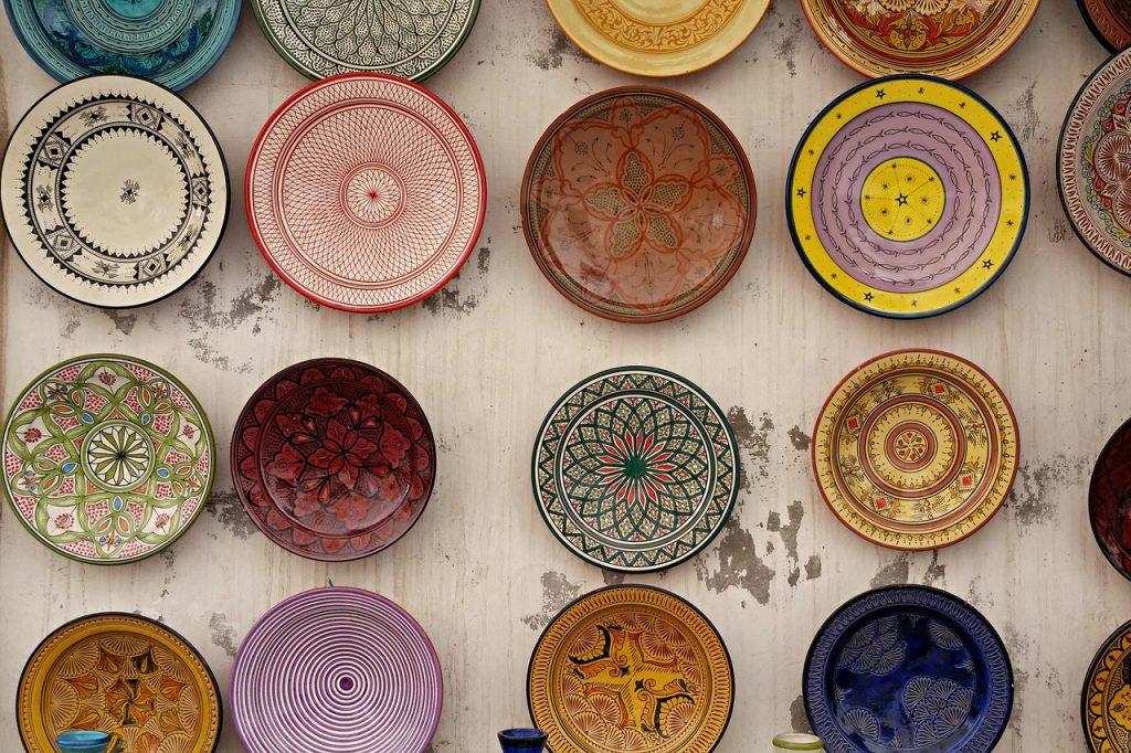 Assiette, plat, typique du Maroc, avec de la terre cuite et de la mosaïque