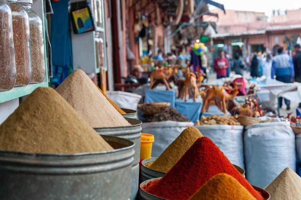 Marché typique Maroc, épices colorées