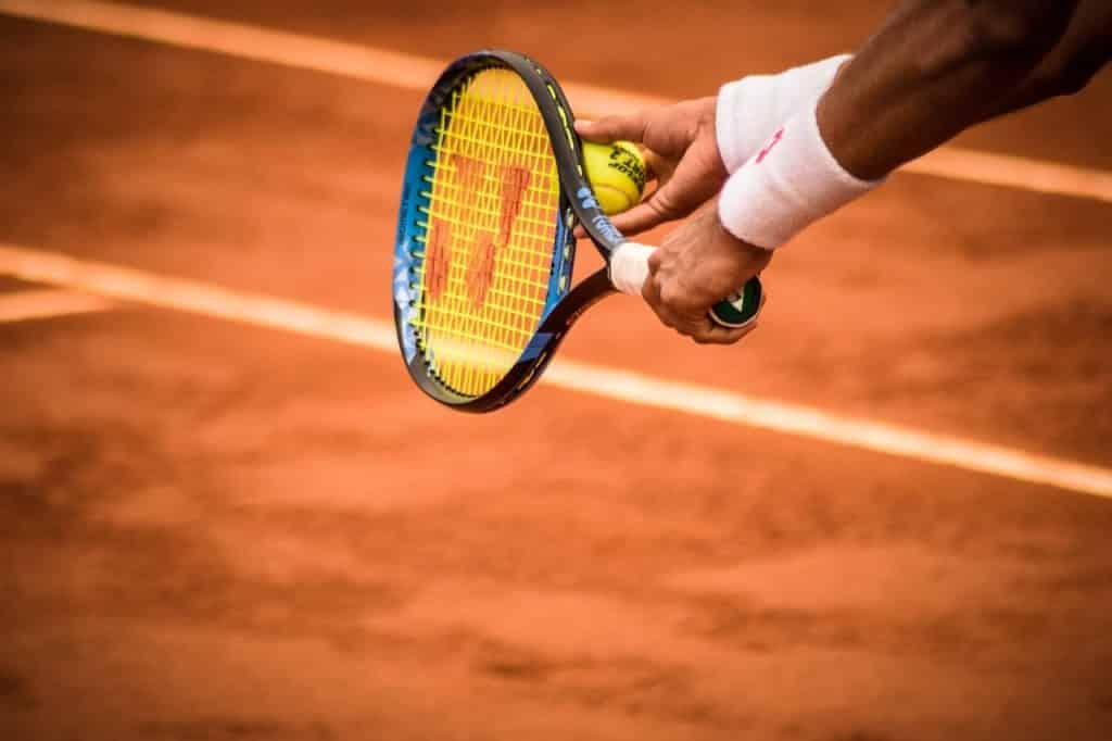 Joueur de tennis se préparant à servir