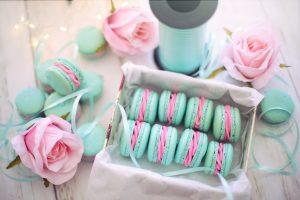 Petite boite avec des macarons rose et bleu à offrir aux invités lors d'un mariage