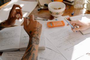 Personnes étudiants, travaillant, devoirs, scolaire