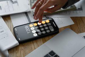 iphon ouvert sur application calculette pour définir salaire